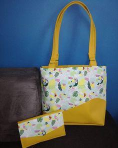 mademoiselle.eleonore_couture Ensemble porte-feuilles et sac de plage des @patrons_sacotin Simili cuir jaune, coton motif #toucan.