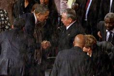 Johannesburgo (Sudáfrica), 10 de diciembre de 2013. El apretón de manos de Obama a Castro. El homenaje a Nelson Mandela reunió a varios líderes mundiales en la capital sudafricana. El presidente de EE. UU., Barack Obama, aprovechó para dirigirse directamente al presidente de Cuba, Raúl Castro. Foto: Getty.
