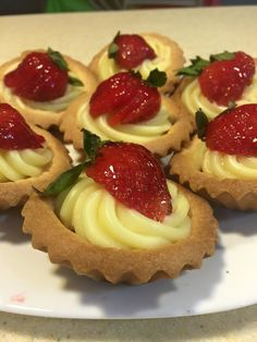 Fall in love with strawberry cakes Comida Baby Shower, Desserts Around The World, Bakers Gonna Bake, French Bakery, Cheese Tarts, Sweet Pastries, Strawberry Cakes, Breakfast Dessert, Mini Desserts