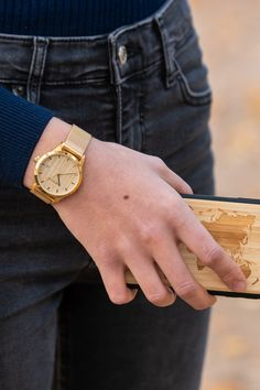 Die Damen Metalluhr Gold hat ein hölzernes Ziffernblatt. Mesh Band, Wood Watch, Gold, Accessories, Fashion, Women's, Wooden Clock, Moda, Fashion Styles