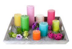 Tablett mit Kerzen in unterschiedlichen Farben und Größen