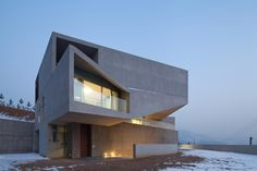 Shincheon-ri House is located in Gapyeong, South Korea, a popular suburban area for urban dwellers seeking a home in the countryside