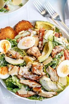 One of the best healthy salads for lunch is this Skinny Chicken and Avocado Caesar Salad Healthy Salads, Healthy Eating, Healthy Recipes, Avocado Recipes, Bacon Recipes, Soup Recipes, Healthy Caesar Salad, Diet Recipes, Avocado Ideas