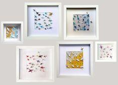 Cadre bois origami papier grues fait main Cadre bois profond vitré inclus. Fond carte du monde personnalisable. Koyukii plie, replie et déplie ses jolies feuilles de papier. Elle les choisit avec soin, avec amour, avec l'envie de faire plaisir et de faire naître des créations uniques, douces Origami And Quilling, Oragami, Origami Art Mural, Felt Flower Template, Design Origami, Origami Ornaments, Teacup Candles, Paper Cranes, Ceiling Design