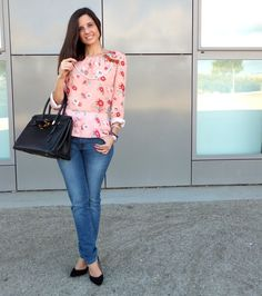 In Front Row Style: blusa de flores con jeans azules
