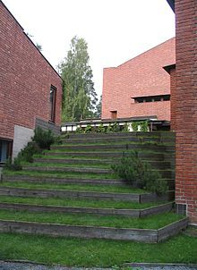 Säynätsalo Town Hall, Alvar Aalto, Säynätsalo, Finland (1949): Aalto was influence by the Finnish vernacular, here he echoes a heavily forested Finnish environment and allows for Finnish climatic idiosyncrasies. These grass stairs leading up to a courtyard embed the building into the Finnish landscape. Building is blended into the natural form of the site.