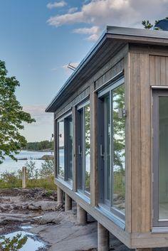 Modulbyggt skärgårdshus #sommarhus #fritidshus #naturmaterial #skandinaviskdesign #skandinaviskarkitektur Sauna House, Tiny House Cabin, Winter Lodge, Summer Cabins, Small Cottages, Cabins In The Woods, Building A House, Architecture Design, Beach Cottages