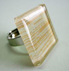 anel de vidro  branco / riscas amarelas  base metal n 20 -  Ajustável  2,5 x 2,5cm R$25,00