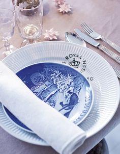 Julebordet er dækket med Royal Copenhagen Signatur, Bing & Grøndahls juleplatter, sølvtøj af Sigvard Bernadotte fra Georg Jensen, 'Egeløv'-glas fra Holmegaard og servietter fra Georg Jensen Damask.