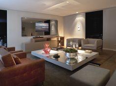 Combinação perfeita: Painel Movie e um home ou living sofisticado como este, assinado por Alessandra Lara. O painel fixo em alumínio e vidro, para aplicação de TV, ainda pode receber iluminação por LED na parte externa e nas prateleiras em vidro, que são opcionais.