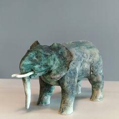Mayco seramik sırlarını kendi yaptığınız kağıt çamurlarınızda kullanıp oksitlerle birleştirerek dokuyu belirginleştirebilirsiniz.  Sır… Lion Sculpture, Elephant, Statue, Animals, Instagram, Art, Atelier, Art Background, Animales