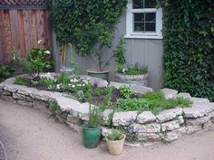 Ways To Transform Your Garden Alleys Into Gorgeous Decorations 01 Recycled Concrete, Broken Concrete, Concrete Garden, Concrete Planters, Concrete Steps, Diy Concrete, Recycled Materials, Small Gardens, Outdoor Gardens