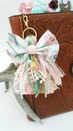 Borlas borlas borla de planificador borlas de planificador Diy Keychain, Tassel Keychain, Keychains, Fabric Flower Pins, Diy And Crafts, Arts And Crafts, Diy Tassel, Scrapbook Embellishments, Fabric Jewelry