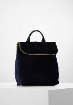 "Whistles. MINI VERITY - Rucksack - navy. Fastening:Zip. Compartments:mobile phone pocket. length:8.0 "" (Size One Size). width:4.5 "" (Size One Size). Lining:Cotton. carrying handle:3.0 "" (Size One Size). Outer material:leather,cotton,polye..."