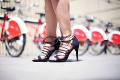 Casual Look. Look dos piezas. A trendy life. #casual #conjuntosdospiezas #set #dospiezas #redlips #labiosrojos #sandaliaslazo #lacesandals #bolsorayas #strippedbag #details #venca #vogueeyewear #outfit #fashionblogger #atrendylife www.atrendylifestyle.com