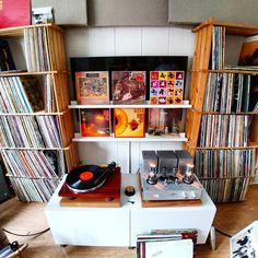 816 отметок «Нравится», 36 комментариев — Nils-Hogne Os (@mastersylar) в Instagram: «The TV had to go to make room for more records.... Had to at least hide it to get a complete…»