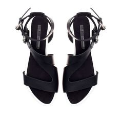 CONTRASTING FLAT SANDALS from Zara