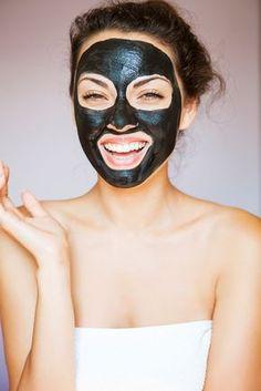 Cómo hacer una mascarilla negra casera. Un tratamiento de limpieza facial innovador y súper efectivo que permite eliminar todos los puntos negros que hay en algunas zonas del rostro y dejar la piel completamente lisa y renovada.  #bellezauncomo #trucosdebelleza #consejosdebelleza #tipsdebelleza #bellezafemenina