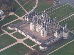 Castelo Chambord, Loir-et-Cher, França. Construído  no século XVI, foi a residência do rei Luis XIV. Hoje é a construção mais visitada do vale do Loire. Fotografia: Wikimedia Commons / Elementerre.