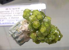 Demantoid, com cristais verdes de Andradite, Val Malenco, Itália