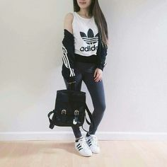 Te harán ver con muchísimo estilo. Adidas Tumblr, Colorful Sneakers, Adidas Shoes, Adidas Outfit, Jeans Shoes, Adidas Nmd, Adidas Women, Polyvore Outfits, Zara Sneakers