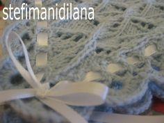 Copertina di lana eseguita ai ferri erifinita all'uncinetto. Decisamente sono la mia specialità. Le ho lavorate fra le pause dei ve...