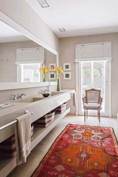 Baño clásico con toques rústicos en puro blanco y borgoña, parte de una casa de fin de semana en Pilar.