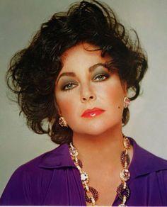 Bluse und Amethyst-Geschmeide passend zu den berühmtesten violetten Augen der Welt!
