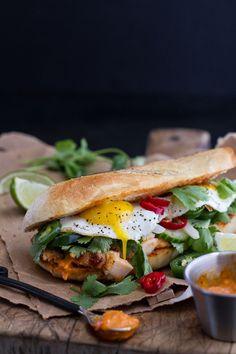 food52:. Muerde mi (Mahi Mahi Bahn Mi picante con curry Mayo + Huevos fritos en Half Baked Harvest)