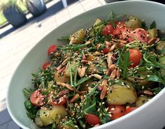 Grillet kartoffelsalat m. ristede pinjekerner, sesam, friske krydderurter & citrondressing