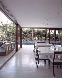 Casa de praia integrada à natureza. Projeto de Sandra Picciotto traz arquitetura moderna, de linhas retas, e muita madeira