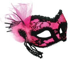 Ook handig om in de praktijk iets te vinden:  Beslist.nl http://www.beslist.nl/products/cadeaus_gadgets_culinair/cadeaus_gadgets_culinair_572393_573232/c/thema_feestkleding~8296625  Of bij hobbywinkels (volgens mij zit er een in de Oude Kerkstraat) kun je ook maskers kopen, maar die moet je dan nog zelf versieren en beschilderen.