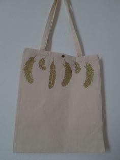 DIY faciles et rapides: des tote bag customisés avec du tissu thermocollant. Ou comment faire rapidement des petits cadeaux pratiques sans se ruiner et sans sortir ni fil ni aiguilles.