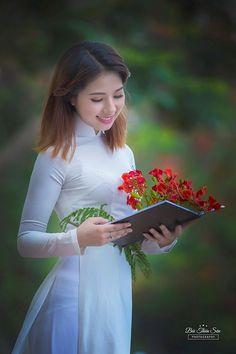 Thiếu nữ Hà thành khoe vẻ đẹp tinh khôi bên hoa phượng đỏ - Ảnh 12