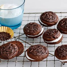 Probably not exactly right, but we're starting the week with a couple hot chocolate cookies 🍫🍫🍫 Source Biscuit Sandwich, Desserts With Biscuits, Bon Dessert, Hot Chocolate Cookies, I Love Food, Cravings, Muffins, Sandwiches, Pudding