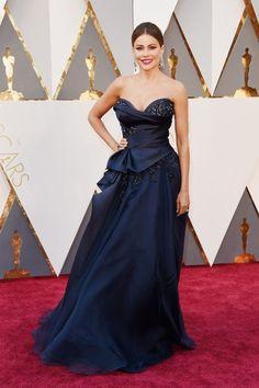 Va-Va-Voom: Sofia Vergara in einem nachtblauen Kleid von Marchesa. Hinter so...