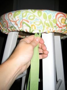 tenth avenue south: A little DIY easy & cute cover for a plain stool! no staples remove to clean Stool Cover - easy to see and fittings can be adjusted! could use same concept for table cover, chair, etc Thinking I could create a whole lot of changeable c Sewing Hacks, Sewing Tutorials, Sewing Crafts, Sewing Projects, Sewing Patterns, Diy Projects, Bar Stool Covers, Chair Covers, Table Covers