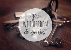Verhuiskaart met een foto van een bos sleutels, instagram filter, trendy letters, vrolijk en eigentijds met de tekst: Yes! Wij hebben de sleutel!