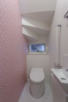 階段下を利用したトイレは折り上げた天井もデザインの一部に。  ピンクのアクセントクロスを効かせるため、他はすっきりホワイトに統一して、清潔感のある空間に。  #家づくり #トイレインテリア #注文住宅 #デザオ建設 #壁紙 #アクセントクロス