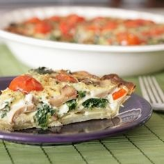 Need a quick fix dinner? Try this healthy spinach and tomato quiche with a crispy potato crust! Quick and easy!