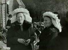 resolveTwee vrouwen in Brabantse klederdracht 2