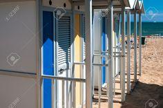 Vorausschau Schuss Umkleidekabinen Am Strand In Italien Lizenzfreie Fotos…