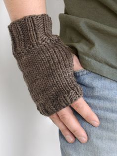 men's knucklers Design by Karen J. Rolstad A knit you'll love to make, a knit he'll love to wear! Unisex fingerless gloves knit with Worsted Hand Dyes yarn from Blue Sky Alpacas. Fingerless Gloves Crochet Pattern, Fingerless Gloves Knitted, Crochet Mittens, Mittens Pattern, Beginner Knitting Patterns, Loom Knitting, Knitting Projects, Knitting Sweaters, Easy Knitting