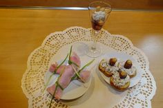 Ricotta dadelspread is een lekker recept en bevat de volgende ingrediënten: 100 gram ricotta (meer of minder, naar behoefte), (gezouten) pinda's of walnoten, zongedroogde dadels zonder pit (zakje), (paar el koffieroom), (peper), eventueel toastjes, VOOR DE HAMROLLETJES;, plakjes ham ± ½ voor elk rolletje, lange bieslooksprieten ( 2 per rolletje), VOOR HET GLAASJE:, enkele pinda's per glas, likeur bijv. Café Marakesh (Coffee Liqueur), Garnering; pinda's - dadels