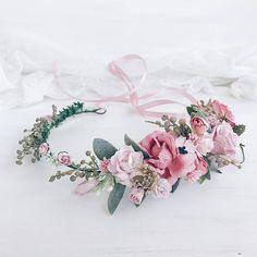 Also Blume, hellen, zarten Blumen Krone mit staubigen Blätter, Zweige, Beeren, Rosen, Pfingstrosen, Tulpen und Knospen. Durch die flexible Gestaltung der Kranz passt sich individuell an die Form des Kopfes. Länge 38 cm/14,8 Zoll. Sie können auch eine passende Blumen-Armband oder das Set