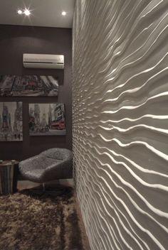 Esta imagem do projeto das arquitetas Rose Corsini e Adriana Fiali capta bem a essência de movimento que a linha Duna transmite aos ambientes. Os revestimentos desta linha estão disponíveis nas cores: branco, canela, areia, cinza, sépia, grafite, tabacco, macchiato.