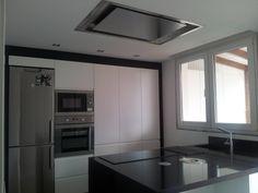Diseño de cocina de Spailux Cuines con campana de techo Pando E-220