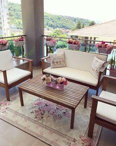 Pastellerin hakimiyetinde feminen ve şık bir dekor. Outdoor Sofa, Outdoor Furniture Sets, Outdoor Decor, Garden Chairs, Pastel Decor, Artificial Flowers, Kitchen Decor, Gazebo, House
