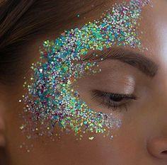 Glitter face makeup, glitter highlight, glitter make up, glitter hair Glitter Face Makeup, Glitter Face Paint, Eye Makeup, Glitter Eyeshadow, Glitter Highlight, Eyeshadow Palette, Glitter Carnaval, Make Carnaval, Festival Makeup Glitter