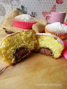 I muffin cioccolatinosono dei sofficissimi dolcetti al cocco ripieni con un goloso cioccolatino al mou (tu puoi mettere quello che più ti piace)